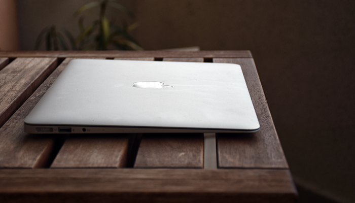 Apple-macbook-on-wooden-table